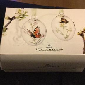 Varetype: l påskeæg 2 stk i æske fra 2013 ubrugte Størrelse: 6 cm Farve: Se billederne  Royal Copenhagen; påskeæg   2013 dagpåfugleøje—nældenstavinge..  2 stk æg i æske sælges kun samlet  1 sortering  Se de flotte æg på billederne  Et samler objekt   Kan sende + Porto 39 kr gls Bytter ikke
