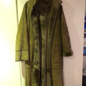 Retro rulamsfrakke. Der står ikke størrelse i frakkken men vil vurdere den til str. 36-38. Længde 112 cm