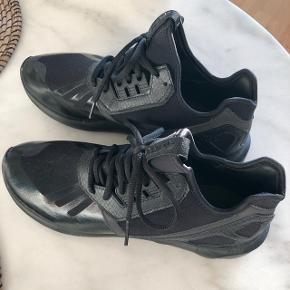 Adidas tubular runner triple black, str 44, stort set ikke brugt.