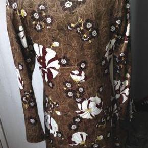 Varetype: Fin tunika i flotte farver Farve: Brun/bordeaux/råhvid  Flot og velsiddende tunika i en lækker kvalitet, der falder flot. Lynlås i siden. Bånd i halsudskæring og ved ærmerne. Brystmål 2 x 52 cm, længde 88 cm. Bytter ikke.