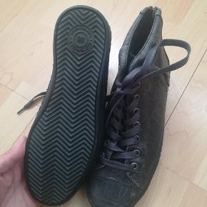 Støvlerne har  aldrig været brugt, har stadig prismærke på. Mp. 300kr. Plus porto. Handler gerne med mobilepay.