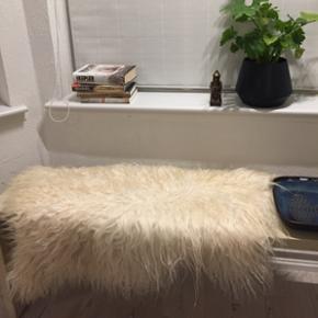 Lammekinds tæppe. Jeg sælger dette hvide lækre lammeskidstæppe. Og jeg har mange flere varianter og farver:) jeg kan godt sende, men køber betaler selv fragt.