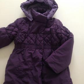 Varetype: JakkeFarve: Lilla Prisen angivet er inklusiv forsendelse.  Prisen er inkl fragt! Super fin vinter frakke. Sælger billigt ud, da jeg rydder ud i vores ting, så se også mine andre annoncer og Byd:)