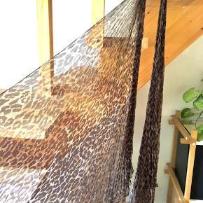 Helt utrolig smukt silketørklæde med unikke detaljer fra Dolce & Gabbana.  Leopardprint med plissé, der samles i nakken. Så smukt og florlet. Næsten aldrig brugt, købt i Stig P i KBH C i 2001.