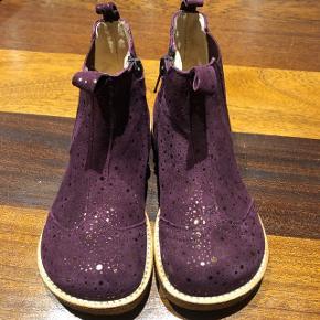Chelsea støvlet fra Angulus. Purple dot/bordeaux med guld prikker.  Købt for stor - kun prøvet på.  Nypris 849,-.