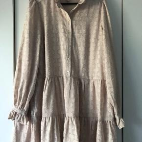 Den fine og hurtigt udsolgte kjole sælges, da jeg desværre ikke får den brugt. Kom med bud. Nypris 450 kr.
