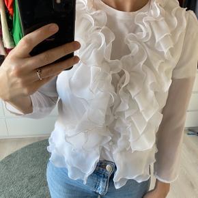 Mesh/gennemsigtigt skjorte med de smukkeste flæser.