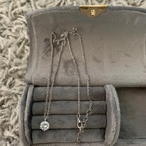 Sælger denne søde halskæde med en justerbar kæde. Kan desværre ikke huske mærket