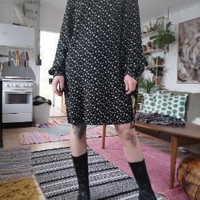 Super fed sort blomstret kjole med stropper med ærmerne og knap i nakken. Str 38. Super fin forårs kjole