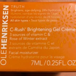 7 ml luksuøs ultra-rig C-vitamin creme, der giver ekstra tør hud masser af fugt, lysner og bekæmper synlige alderstegn.  C-vitamin fra 3 kraftige kilder lysner og opstrammer huden mens Sheasmør giver masser af fugt og næring.  Den lækre konsistens absorberes nemt og efterlader huden silkeblød.