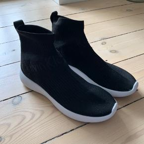Sælger disse fede sneakers i sorte fra Calvin Klein, da de desværre ikke passer på min fod.  De er købt i Budapest og er kun blevet brugt en enkelt gang.  NP var 950 kr Sko æsken medfølger.
