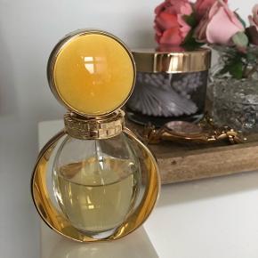 Bvlgari goldea, lækker sød duft , jeg vil skyde på at der er ca 35 ml tilbage ud af de 50 ml. Alle mine parfumer står mørkt. Sælger da duften minder mig om noget jeg ikke bør mindes om længere 😊 men den er super god!