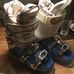 HELT nye skistøvler købt sidste vinter men grundet graviditet er mine fødder vokset så de er for små.   Kom med et bud.   Mærke: Balbello Model: Saphire Blue trans/white.