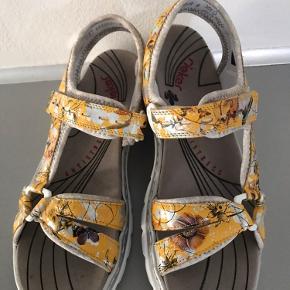 Skønne sandaler rieker - står flot 😊 på kanterne er det ikke skidt med der hvor blomsterne også går op np 500kr En 41 kan også passe dem(synes jeg) De er for brede til min fod