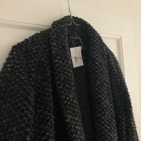 Fin dejlig uld jakke fra Wackerhaus. Oversize pasform (jeg er en 34) virkelig let jakke, god at have noget indenunder. Købspris omkring 2500kr (ude af produktion nu)