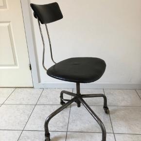 Gammel industri kontorstol sælges for 800 den har god patina men kan nemt bruges som den er. Vi kender ikke årgangen på den.