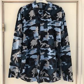 Lækker skjorte i størrelse 43 som sælges for min søn - da han er vokset ud af den ☺️