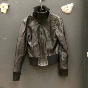 Læder jakke i lækkert blødt okse læder. 1600 fra ny. Lidt rå patina pga brug.