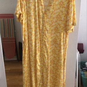 Gul kjole fra Vero Moda med et fint blomsterprint. Aldrig brugt.