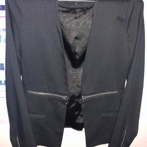 Rigitg flot faconsyet blazer med lommer foran og fin detalje med lynlåse foran.