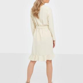 Flot kjole fra Samsøe og Samsøe i knækket hvid. Kjolen har været brugt en gang og er også vasket en enkelt gang. Jeg er åben for bud