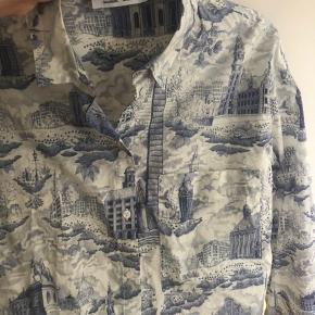 Mega fin skjorte fra Samsøe kan båd bruges åben og lukket, da der er knapper hele vejen ned