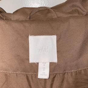 Super lækker og MEGET varm vinterjakke fra H&M.  Størrelsen er en medium, men man kan sagtens passe den, hvis man normalt er en small og godt kan lide det lidt oversized.   Den er brugt 5-6 gange, da det var et rimeligt spontant køb, i 2019.  Ny pris: 499kr.