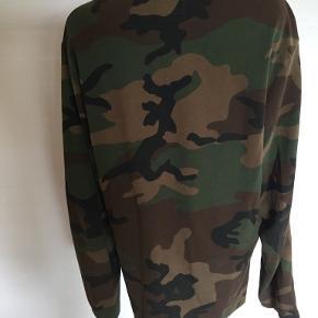Lækker trøje i superkvalitet, armygrønne nuancer. Kun brugt 1 gang, aldrig vasket. Fremstår derfor som ny. Bytter ikke. Portoen er 37 kr. som køber betaler. Betaling via mobilepay os sender med DAO. Hvis TS-handel ønskes betaler køber gebyr. (10)
