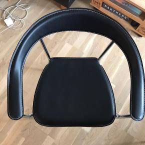 Rigtig flotte spisebordsstole i lækkert læder. Der er 4 stk. Nypris 1000kr/stk = 4000kr i alt. Bud modtages!