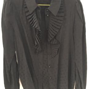 Så fin skjorte med prikker og kalvekrøs. I meget fin stand da den kun er brugt ganske lidt. Den er helt sort med prikker. Lyset driller lidt på billedet