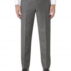 PLUS SIZE - MÆND Helt nye og ubrugte fine herrebukser fra britiske Skopes i grå med mønster. Fejlkøbt, størrelse 68L (W68 L34), hænger stadig på bøjle med pose over. Stofblanding: 50% polyester 50% uld. Egner sig perfekt til det formelle, kontoret osv. Se mere på: https://www.skopes.co.uk/trousers/product/braeside-trouser-mm7046-braesidetrousercharcoal/colour/charcoal