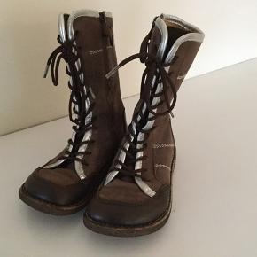 Super dejlige støvler, så søde! Brune med sølvkanter foran. Der er lynlås, så de er nemme at få af og på. Uden fór.