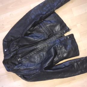 Sælger min højtelskede læderjakke som er godt brugt. Der er tegn på slidtage omkring kraven på jakken, og derfor er prisen sat herefter. Skal minimum have 100 eksklusiv