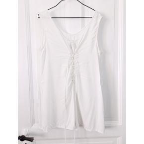 Weekday jumpsuit / buksedragt i hvid med snørrer bagtil, der kan stramme ind.  Har en lille bitte plet bagpå, som der er taget billede af. Ellers trænger den bare til at blive strøget:)  Kan sendes eller afhentes på Grønnegade