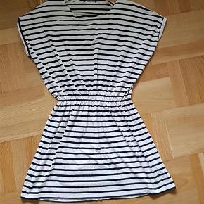 Varetype: kjole Farve: Råhvid og marineblå Oprindelig købspris: 599 kr. Prisen angivet er inklusiv forsendelse.  Moss Copenhagen kjole med elastik i taljen.