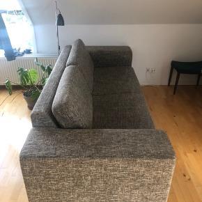 2-3 personers sofa til salg. Velholdt, men brugt sofa fra et ikke-ryger hjem. Lidt slidt, men fejler ellers ingenting. Meget god at sidde i og med højt ryglæn.   Afhentes selv. Vi hjælper gerne med at bære den ud.  Sofaens mål er  Siddehøjde: 45 cm Ryghøjde: 85 cm Siddedybde: 72 cm Bredde: 95 cm Længde: 235 cm