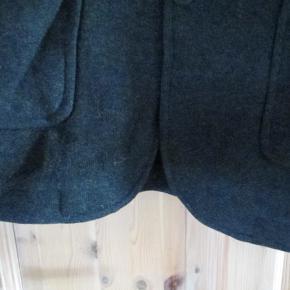 Mørkegrå blazer i jerseykvalitet str 54  Hel længde ca 72 cm  Se også mine flere end 100 andre annoncer med bla dame-herre-børne og fodtøj.