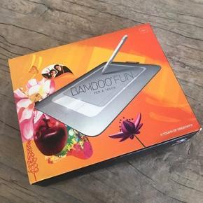Tegneplade med pen, som kan tilkobles til computer. Perfekt ved brug af fx. Illustrator og/eller Photoshop. I fin stand.