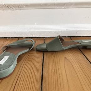 Jeg sælger disse super fine sandaler i den smukke støvede grønne farve. Sandalerne er ubrugte.  Hælen måler 2 cm. Sandalerne er str. 37.