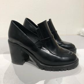 Denne sko er fra fra Christiane Schaumburg Müllers kollektion, hun lavede i samarbejde med Bianco.  Nypris 1100,- Ægte skind.  Str 37, men store i størrelsen.  Brugt enkelte gange og fremstår i den den gode ende af GMB.