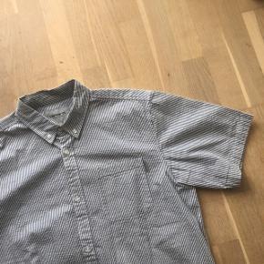 Sælger denne Carhartt skjorte. Brugt meget få gange, og fejler intet.   Cond 9/10 Str L  Mp 200 + fragt