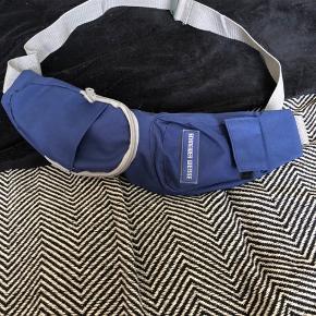 Schneider weiße bæltetaske med 4 rum, dvs god plads til organisering af tingen på turen