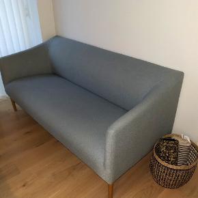 Lækker 2 1/2 personers sofa fra Ilva modellen Sessa. Sofaen er fra september 2017. Fra ikke-ryger hjem og ingen husdyr.  Mål: L 175 x H 80 x B/D 81 cm. Sofaen er i rigtig god stand og befinder sig i Aarhus C indtil den 1/12. Hvis afhentningen sker efter den 1/12, skal den hentes fra Ry. Kom gerne med bud! :)