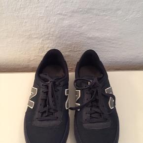 Mørkeblå sneakers fra New Balance str. 38,5. Indvendig længde 24 cm.