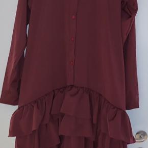 Soeren Le Schmidt. Ny, dansk designer. En fantastisk kjole i det lækreste stof. Længere bagtil. Aldrig brugt. Desværre købt for stor.