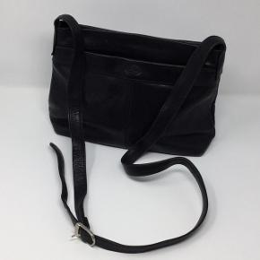 Retro, vintage ægte skind taske. Den er i fin stand, men med patina dog ingen skader. #30dayssellout