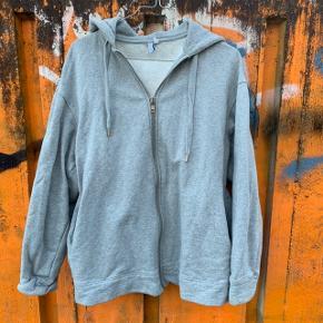 Sweatshirt fra & Other Stories i str. 36 (stor i størrelsen) 🤩  Har en plet som vist på billedet.  Nypris: 600 kr