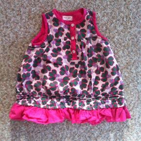 Varetype: Kjole Farve: Pink,  grøn Oprindelig købspris: 250 kr.  Super flot kjole fra Noa Noa til lille-pigen. Kun brugt 2 gange. Kommer fra et dyre-og røgfrit hjem.