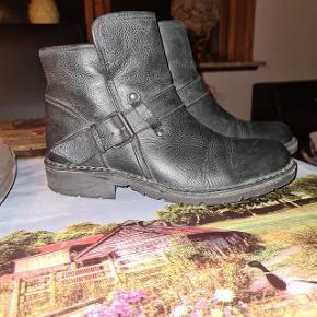 Rigtig fede vinterstøvler sælges.  Brugt 2 gange,  desværre har jeg haft nye sorte strømper på den ene gang,  så der sidder nogle enkelte fnuller i foer. Støvlerne har ægte uldfoer, og er rigtig behagelig og dejlig varm