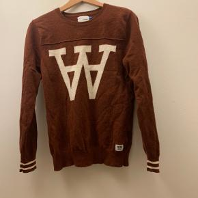 Wood Wood sweater i den fedeste brune farve Lavet af uld Kan afhentes i Århus C Skriv gerne for flere spørgsmål :)